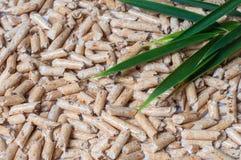 Ξύλινοι σβόλοι για τη θέρμανση και τα πράσινα φύλλα στοκ φωτογραφία με δικαίωμα ελεύθερης χρήσης