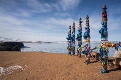 Ξύλινοι στυλοβάτες με τις ζωηρόχρωμες κορδέλλες Στοκ εικόνα με δικαίωμα ελεύθερης χρήσης