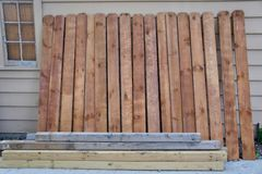 Ξύλινοι στύλοι φρακτών και θέσεις φρακτών στοκ φωτογραφία με δικαίωμα ελεύθερης χρήσης