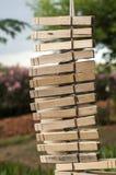 Ξύλινοι συνδετήρες πλυντηρίων που κρεμούν κάθετα σε ένα σχοινί Στοκ Εικόνες