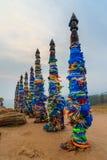 Ξύλινοι τελετουργικοί στυλοβάτες με τις ζωηρόχρωμες κορδέλλες Hadak στο ακρωτήριο Burkhan baikal λίμνη baikal λίμνη olkhon Ρωσία  Στοκ Εικόνες