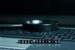 Ξύλινοι φραγμοί κειμένων κατάρτισης Forex στο υπόβαθρο lap-top Έννοια επιχειρήσεων και τεχνολογίας στοκ εικόνες