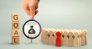 Ξύλινοι φραγμοί με το στόχο λέξης, τα χρήματα και την επιχειρησιακή ομάδα E Συνεργασία και ομαδική εργασία Βελτίωση της αποδοτικό στοκ φωτογραφίες