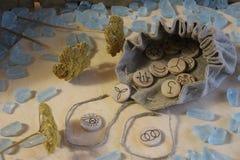 Ξύλινοι χειροποίητοι ρούνοι μαγισσών με μια σακούλα λινού στοκ φωτογραφία