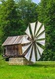 Ξύλινος ανεμόμυλος με υφαμένα vanes στοκ φωτογραφίες