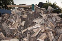 Ξύλινος βρόντος ξέφωτων και τσεκουριών στον κορμό Στοκ εικόνα με δικαίωμα ελεύθερης χρήσης