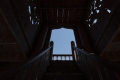 Ξύλινος-γίνοντα σκαλοπάτια σε έναν άλλο ουρανό, φως στην έννοια σηράγγων Στοκ φωτογραφία με δικαίωμα ελεύθερης χρήσης