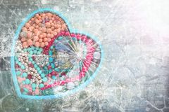 Ξύλινος δίσκος με μορφή μιας καρδιάς που γεμίζουν με το κόσμημα γυναικών ` s Στοκ Φωτογραφία