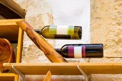 Ξύλινος κάτοχος με τα μπουκάλια του ελληνικού κρασιού, Κρήτη στοκ εικόνα