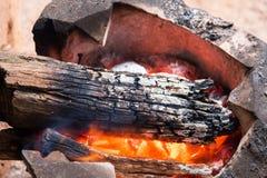 Ξύλινος καίγοντας ξυλάνθρακας στην παλαιά σόμπα για να θερμάνει το σώμα το χειμώνα , Στοκ φωτογραφία με δικαίωμα ελεύθερης χρήσης
