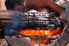 Ξύλινος καίγοντας ξυλάνθρακας στην παλαιά σόμπα για να θερμάνει το σώμα το χειμώνα , Στοκ Φωτογραφία