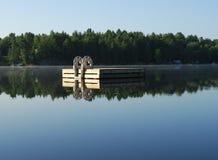 Ξύλινος κολυμπήστε το σύνολο στη λίμνη το καλοκαίρι Στοκ φωτογραφίες με δικαίωμα ελεύθερης χρήσης