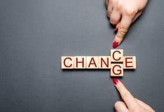 Ξύλινος κύβος με την αλλαγή λέξης στην πιθανότητα στον ξύλινο πίνακα Έννοια προσωπικής εξέλιξη και αύξησης ή αλλαγής σταδιοδρομία στοκ φωτογραφία με δικαίωμα ελεύθερης χρήσης