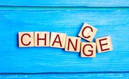 Ξύλινος κύβος με την πιθανότητα ` αλλαγής λέξης ` ` σε ` στον ξύλινο πίνακα Έννοια προσωπικής εξέλιξη και αύξησης ή αλλαγής σταδι στοκ εικόνα