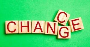 Ξύλινος κύβος με την πιθανότητα ` αλλαγής λέξης ` ` σε ` στον ξύλινο πίνακα Έννοια προσωπικής εξέλιξη και αύξησης ή αλλαγής σταδι στοκ εικόνες