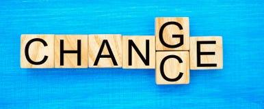 Ξύλινος κύβος με την πιθανότητα ` αλλαγής λέξης ` ` σε ` στον ξύλινο πίνακα Έννοια προσωπικής εξέλιξη και αύξησης ή αλλαγής σταδι στοκ εικόνα με δικαίωμα ελεύθερης χρήσης