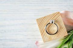 Ξύλινος κύβος με το δαχτυλίδι αρραβώνων πολυτέλειας Στοκ Φωτογραφία