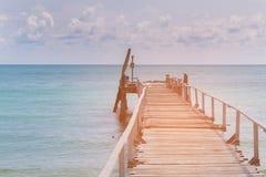 Ξύλινος λιμενοβραχίονας με seacoast τον ορίζοντα Στοκ φωτογραφία με δικαίωμα ελεύθερης χρήσης