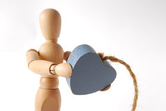 Ξύλινος με την καρδιά στα χέρια στοκ φωτογραφίες