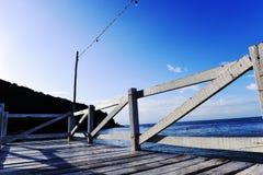 Ξύλινος μπλε ουρανός θάλασσας γεφυρών μπλε Στοκ φωτογραφία με δικαίωμα ελεύθερης χρήσης