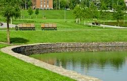 Ξύλινος πάγκος σε ένα πάρκο πόλεων Στοκ Εικόνες