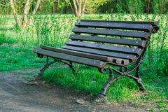 Ξύλινος πάγκος σε ένα πάρκο πόλεων Στοκ φωτογραφία με δικαίωμα ελεύθερης χρήσης
