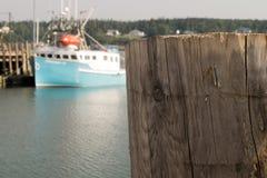 Ξύλινος πίνακας αποβαθρών στη μαρίνα με τη βάρκα στο υπόβαθρο στοκ εικόνες