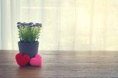 Ξύλινος πίνακας γραφείων με την όμορφη πλεκτή ζεύγος μορφή καρδιών Στοκ Φωτογραφίες