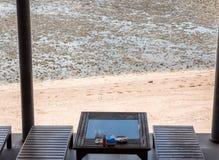 Ξύλινος πίνακας κοντά στην παραλία όταν παλιρροιακός χρόνος στοκ φωτογραφία