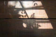 Ξύλινος πίνακας με την ελαφριά σκιά από το παράθυρο Στοκ Εικόνες