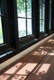 Ξύλινος πίνακας με την ελαφριά σκιά από το παράθυρο Στοκ Φωτογραφίες