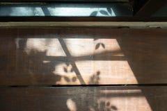 Ξύλινος πίνακας με την ελαφριά σκιά από το παράθυρο Στοκ φωτογραφίες με δικαίωμα ελεύθερης χρήσης