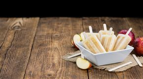 Ξύλινος πίνακας με τη Apple Popsicles Στοκ εικόνες με δικαίωμα ελεύθερης χρήσης