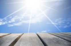 Ξύλινος πίνακας με τον ηλιόλουστο μπλε ουρανό ως υπόβαθρο στοκ φωτογραφία με δικαίωμα ελεύθερης χρήσης