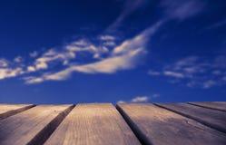 Ξύλινος πίνακας με το μπλε ουρανό ως υπόβαθρο, ροδοκόκκινο αναδρομικό φίλτρο στοκ φωτογραφίες