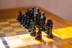 Ξύλινος πίνακας με το σκάκι στο δωμάτιο παιχνιδιών στοκ εικόνα