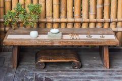 Ξύλινος πίνακας με το σύνολο παραδοσιακού κινέζικου εργαλείων για να προετοιμάσει το τσάι Στοκ Φωτογραφία
