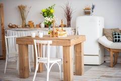 Ξύλινος πίνακας σε μια φωτεινή κουζίνα αγροτικός-ύφους Σκανδιναβικό ύφος στο INT στοκ εικόνα