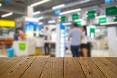 Ξύλινος πίνακας στους ανθρώπους εικόνας θαμπάδων στη λεωφόρο αγορών με το bokeh Στοκ εικόνα με δικαίωμα ελεύθερης χρήσης