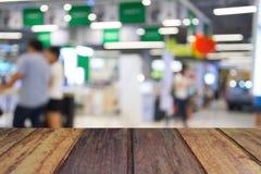 Ξύλινος πίνακας στους ανθρώπους εικόνας θαμπάδων στη λεωφόρο αγορών με το bokeh Στοκ Φωτογραφία