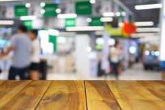 Ξύλινος πίνακας στους ανθρώπους εικόνας θαμπάδων στη λεωφόρο αγορών με το bokeh Στοκ Εικόνες