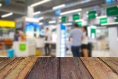 Ξύλινος πίνακας στους ανθρώπους εικόνας θαμπάδων στη λεωφόρο αγορών με το bokeh Στοκ Φωτογραφίες