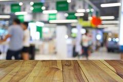 Ξύλινος πίνακας στους ανθρώπους εικόνας θαμπάδων στη λεωφόρο αγορών με το bokeh Στοκ φωτογραφία με δικαίωμα ελεύθερης χρήσης