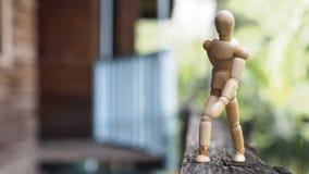 Ξύλινος περίπατος ατόμων στο ξύλο Στοκ φωτογραφία με δικαίωμα ελεύθερης χρήσης