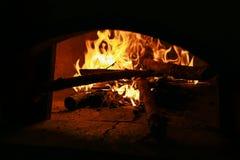 Ξύλινος που εγκαύματα στο φούρνο στοκ εικόνα με δικαίωμα ελεύθερης χρήσης