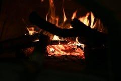Ξύλινος που εγκαύματα στο φούρνο στοκ εικόνα