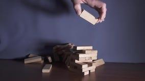 Ξύλινος πύργος παιχνιδιών που αφορά τον πίνακα σε σε αργή κίνηση φιλμ μικρού μήκους