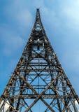 Ξύλινος ραδιο πύργος στο μπλε ουρανό Στοκ φωτογραφία με δικαίωμα ελεύθερης χρήσης
