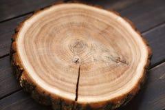 Ξύλινος στρογγυλός κενός δίσκος, φυσική ξύλινη σύσταση, υπόβαθρο Στοκ Εικόνες