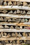 Ξύλινος σωρός του τακτοποιημένα συσσωρευμένου καυσόξυλου στο σωρό των κλουβιών για το δ Στοκ Φωτογραφία